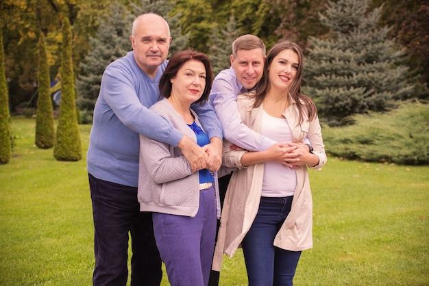 公園で幸せな家族