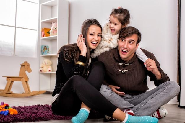 Счастливая семья в комнате