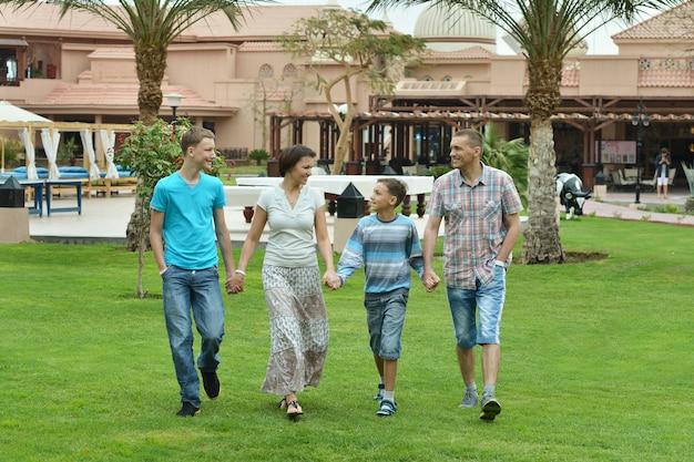 Счастливая семья в тропическом саду