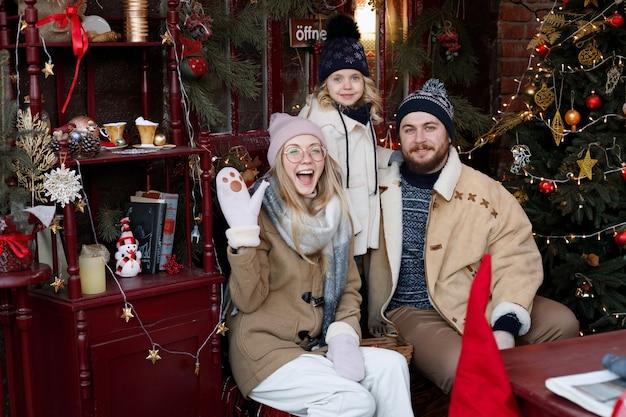 Счастливая семья зимой на рождество
