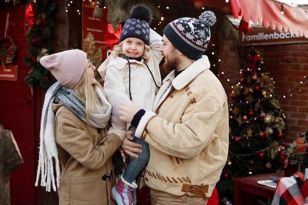 散歩で冬の幸せな家族