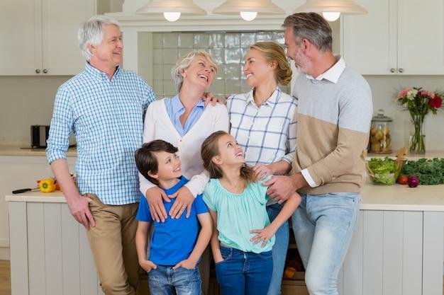 キッチンでお互いに対話する幸せな家族