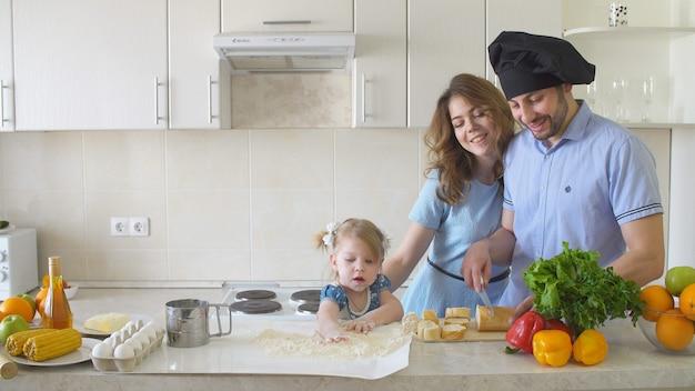 幸せな家族がキッチンで料理