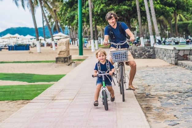 행복한 가족은 야외에서 자전거를 타고 웃고