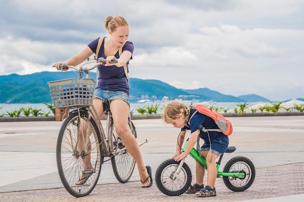 Счастливая семья катается на велосипедах на открытом воздухе и улыбается