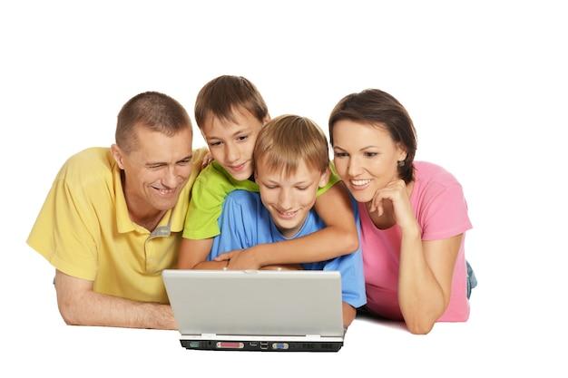 책을 읽고 바닥에 누워 행복 한 가족