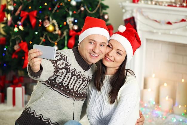 크리스마스 트리에서 행복한 가족 만들기 사진