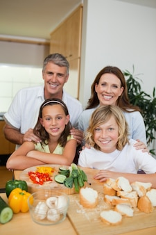 샌드위치를 만드는 행복 한 가족
