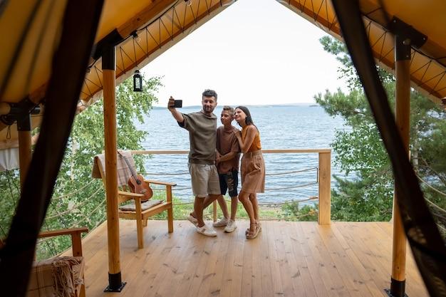 여름 휴양지 해변에서 셀카를 만드는 행복한 가족