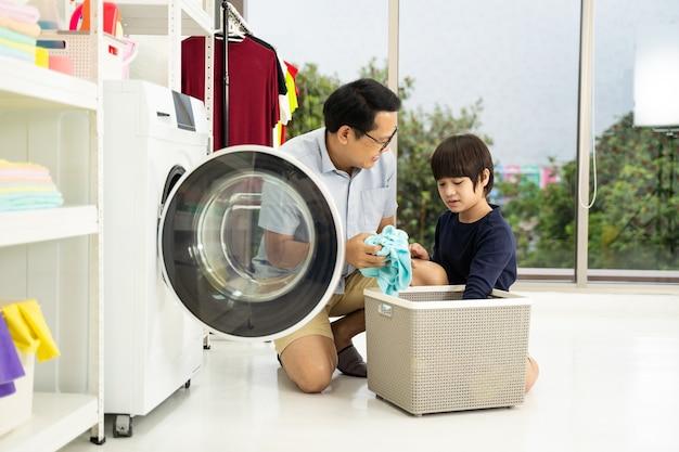 Счастливый семьянин отец домохозяин и ребенок сын маленький помощник веселятся