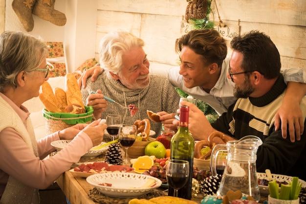 幸せな家族の混合世代は、自宅で冬休みにクリスマスディナーをお楽しみください