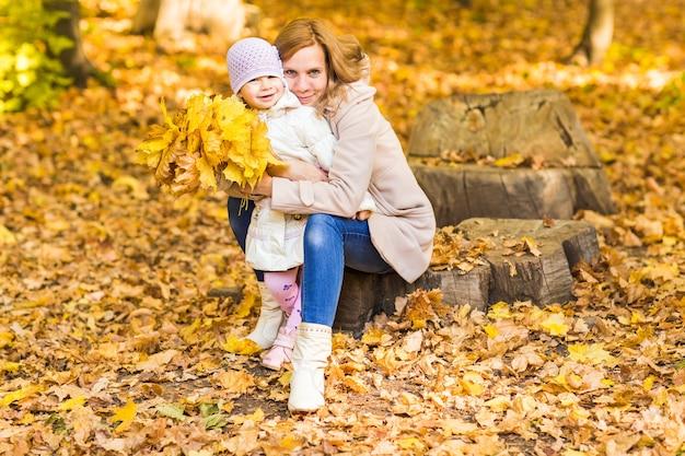 행복 한 가족 : 어머니와 자식 작은 딸 놀이, 자연 야외에서 가을 산책에 껴 안고 웃 고.