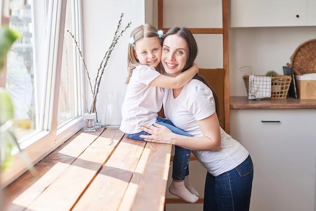 Счастливая семья. мать и дочь на кухне. молодая женщина и девушка дома. день матери и ребенка. доброе утро и концепция завтрака.