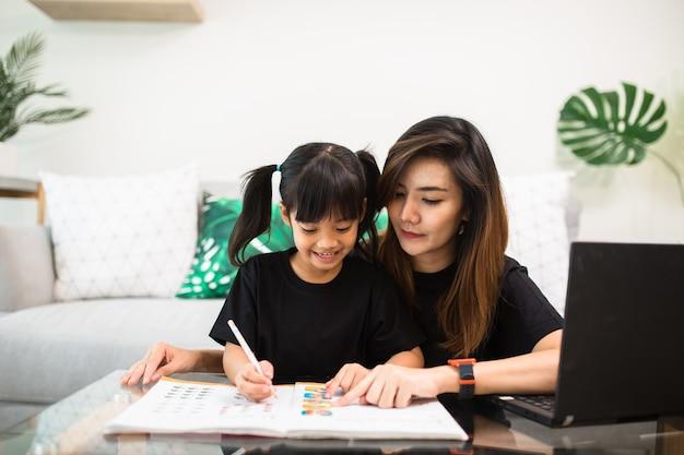 Счастливая семья. мать и дочь вместе рисуют. взрослая женщина помогает ребенку девочке.
