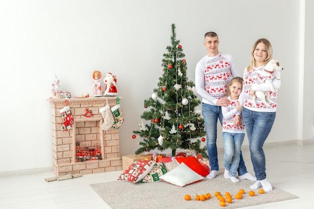 家のクリスマスツリーで幸せな家族の母の父と子