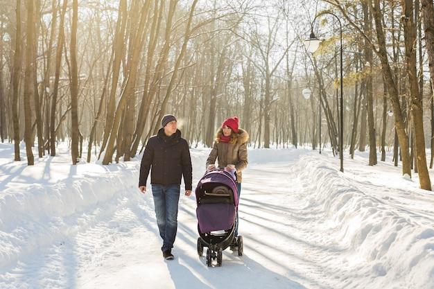 Счастливая семья. мать, отец и ребенок мальчик на зимней прогулке.