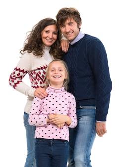 Счастливая семья. мать, отец и дочь позируют на белой стене