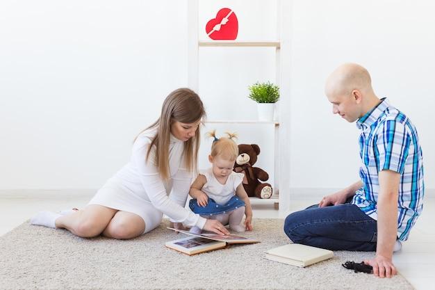 Счастливая семья, мать, отец и их ребенок вместе играют в гостиной дома. дети и
