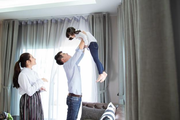 집에서 행복한 가족 어머니 아버지 자식 딸 아시아 가족은 행복한 개념입니다