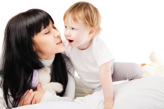 Счастливая семья. мать с ребенком играет и улыбается