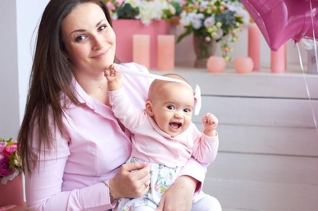 Счастливая семья. мать с маленьким ребенком в светлом интерьере гостиной.