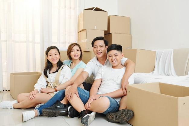 幸せな家族が新しい家に引っ越しました