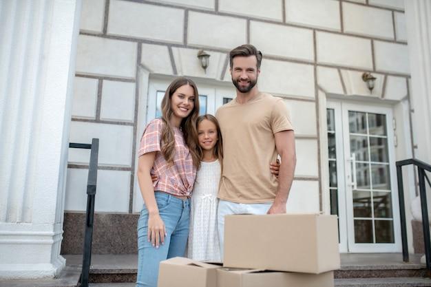 幸せな家族が新しい家に引っ越し
