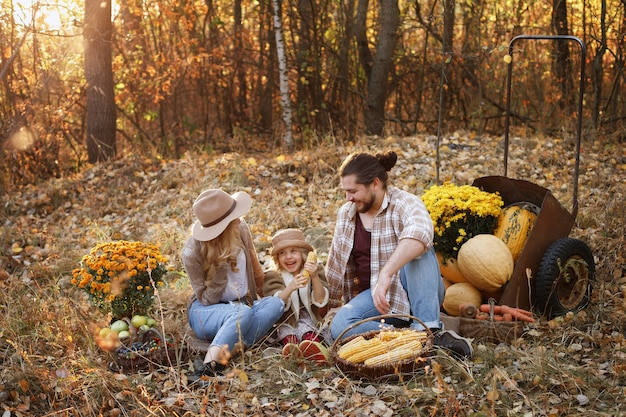 秋のピクニックで農家の幸せな家族