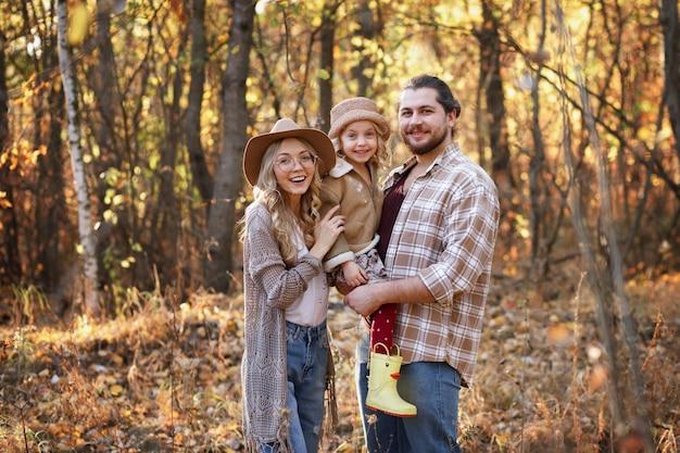 農家の幸せな家族が公園を散歩に落ちる