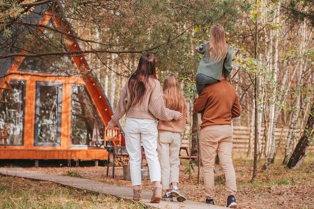 Счастливая семья из четырех человек, наслаждаясь осенью