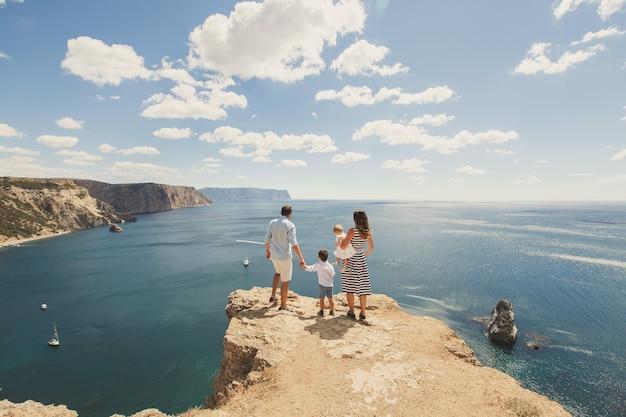 Счастливая семья из четырех человек, прогулки в горах. семейное понятие. семейное путешествие.