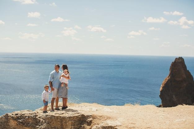 산에서 걷는 4명의 행복한 가족. 가족 개념입니다. 가족 여행.