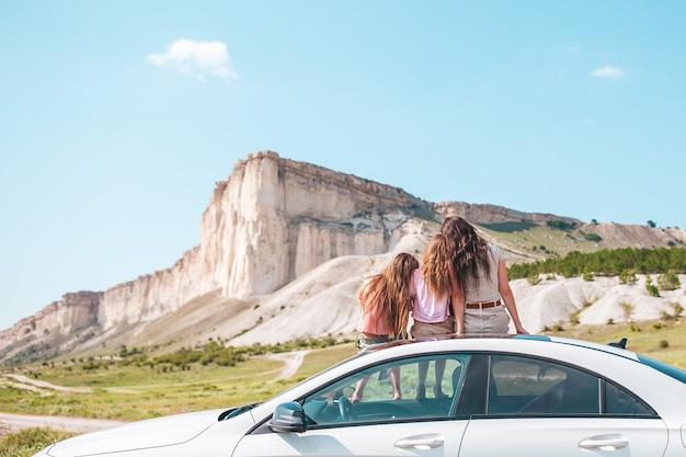 Счастливая семья мамы и детей на отдыхе в красивой природе во время автомобильного путешествия