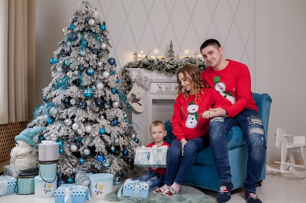 Счастливая семья из трех молодых мам, ожидающих нового ребенка, отца и их маленького сына