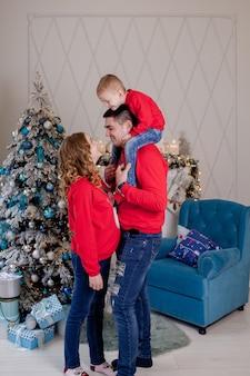 新しい赤ちゃんの父親とその幼い息子を期待している3人の若い母親の幸せな家族