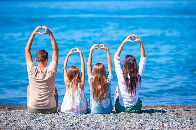 夏休み中にビーチで幸せな家族