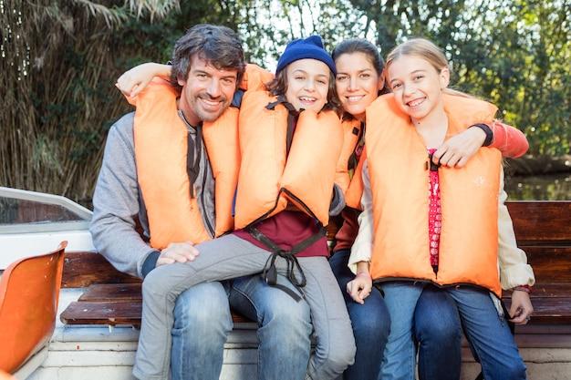 ボートに乗って幸せな家族