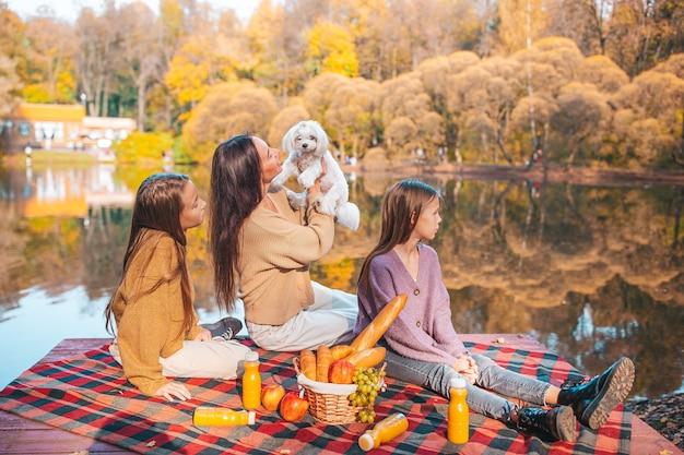 Счастливая семья на пикнике в парке осенью