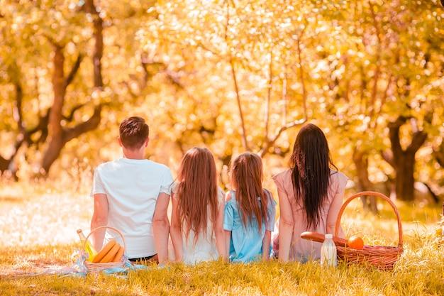 晴れた日に公園でのピクニックに幸せな家族
