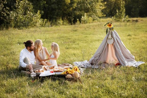 ピクニックに幸せな家族。柔らかい絵