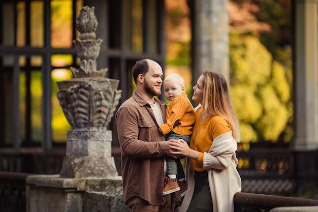 アブハジアの廃駅の背景に秋の散歩で幸せな家族。