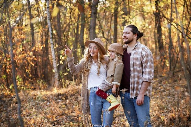 森の中を秋の散歩で幸せな家族
