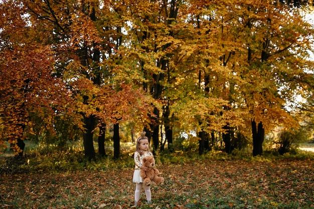 秋の散歩に幸せな家族