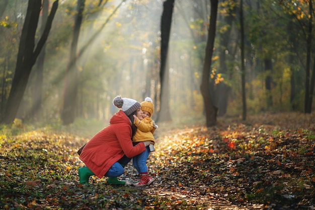 秋の散歩に幸せな家族!