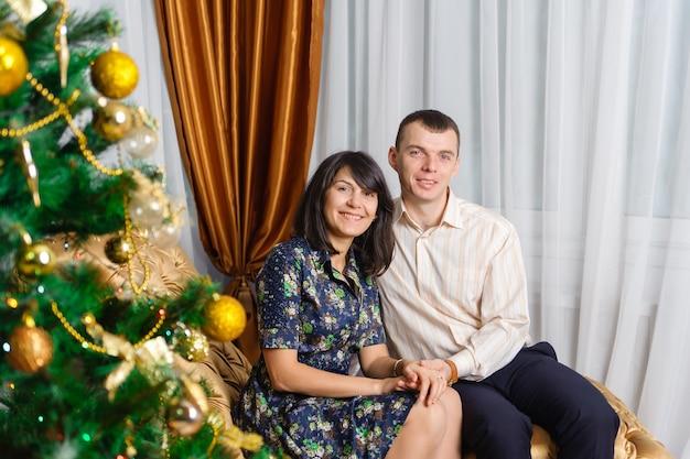 Счастливая семья на елке