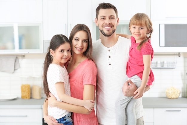 Счастливая семья на кухне дома