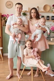 キッチンで幸せな家族