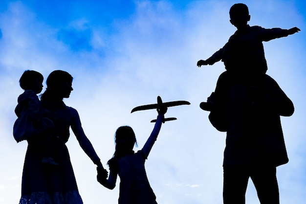 Счастливая семья на природе силуэт