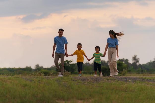 여름 야외에서 행복한 가족, 아이들이 있는 활동적인 부모는 공원에서 즐겁게 산책하고, 휴가를 보내고, 시골에서 휴식을 취합니다.