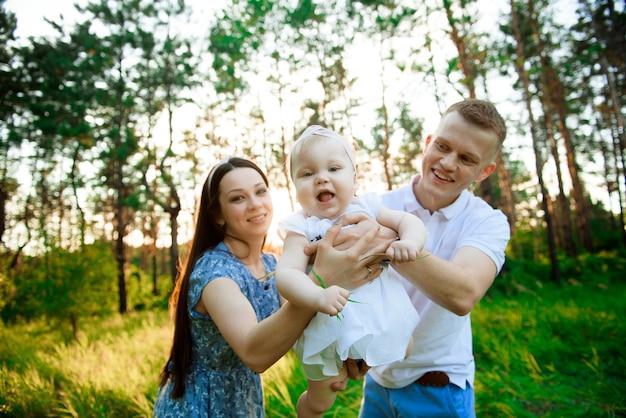 夏の散歩で幸せな家族